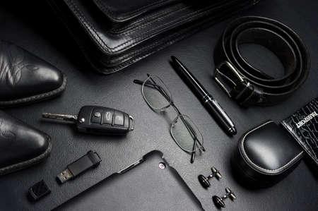 ビジネス スタイル、ガジェット、眼鏡、車のキー、ブリーフケース、靴、革黒背景、その他高級ビジネスマン属性の男のアクセサリー ファッション 写真素材