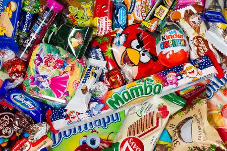 Moskau, Russland - 02. Januar 2016: Kinder Überraschung, Angry Birds, Lindor, Milchstraße, Mamba, Brasilica, Michaszki und viele andere Süßigkeiten, Schokolade und Süßigkeiten für Kinder von verschiedenen Firmen. Studioaufnahme