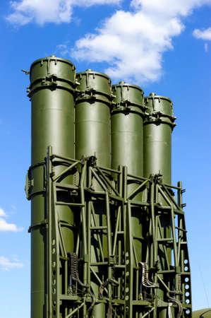 Antiaircraft Raketen-Komplex, ballistische Launcher mit großen vier Raketen bereit, auf starke mobile Transport mit blauem Himmel und weißen Wolken auf Hintergrund angreifen