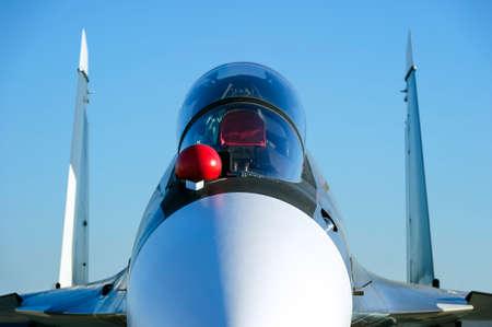 Straaljager-bommenwerpersjet met lege kogelvrije cockpit van militair multifunctioneel vliegtuig, vierde-generatie vliegtuigen, moderne legerindustrie, supersonische luchtmacht, blauwe hemel op achtergrond, selectieve nadruk Stockfoto - 81002138