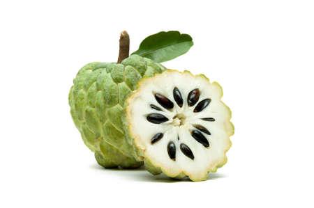 커스터드 애플 또는 설탕 애플 슬라이스 및 녹색 잎 흰색 배경, 이국적인 열 대 타이어 annona 또는 cherimoya 과일, 건강 식품에 격리 스톡 콘텐츠