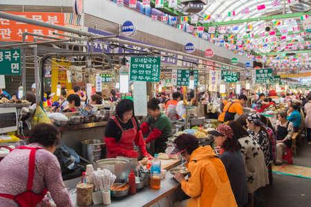 Seúl, República de Corea - May 5 2015: La gente que come comida local en un puesto en el Mercado de Gwangjang en Seúl, Corea