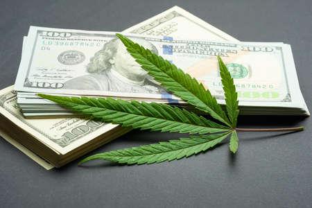 Zwarte markt van drugshandel, dollars en cannabis conceptfoto
