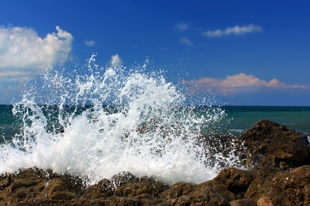 breaking dawn: Onda del oc�ano romper a orillas del mar Foto de archivo