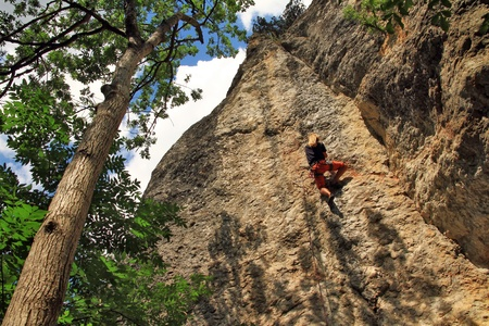 Climber on the rock in forest Banque d'images