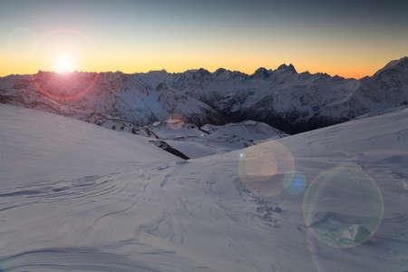 꼭대기가 눈으로 덮인: Dawn over the snow-capped mountains  Caucasus