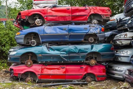Dump gebroken en gecrashte auto's. Begraafplaats auto's.