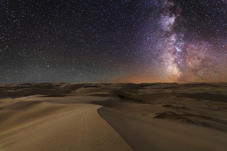 Prachtig uitzicht op de Gobi woestijn onder de nachtelijke sterrenhemel.
