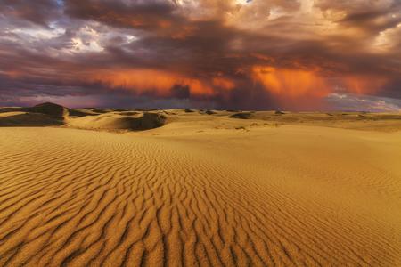 ゴビ砂漠の雄大な燃えるような夕日。モンゴル国。