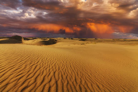 desierto: Puesta de sol ardiente Majestic en el desierto de Gobi. Mongolia.
