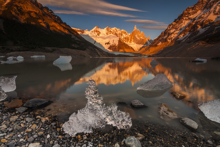 glaciares: Cerro Torre, Los Glaciares National Park. Reflection of mountains in the lake at sunset.