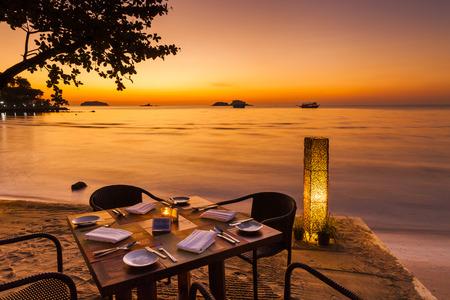 熱帯の島の海岸でロマンチックな夕日。ビーチのカフェ。チャン島。タイ。