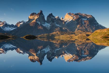 Majestueus berglandschap. Reflectie van bergen in het meer. Nationaal Park Torres del Paine, Chili.