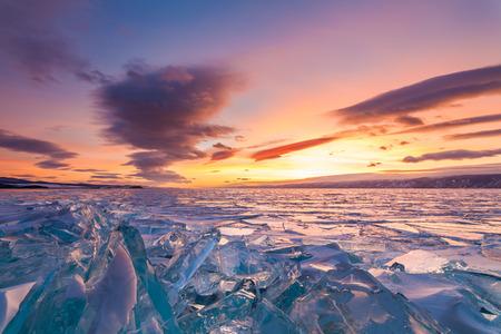 バイカル湖の結晶氷の上に色鮮やかな夕焼け