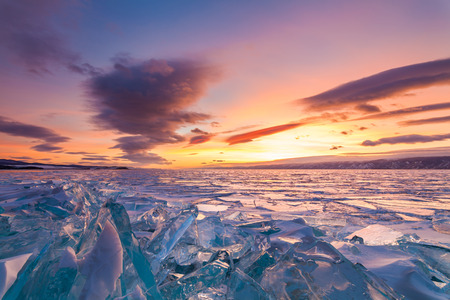 Colorido atardecer sobre el cristal de hielo del lago Baikal Foto de archivo - 64496549