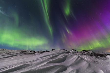 Northern Lights sur le rivage de l'océan Arctique. Banque d'images - 67277413