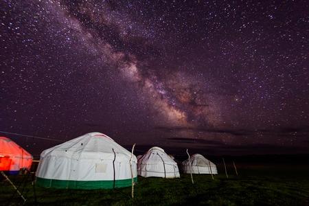 砂漠の夜の星空に対してパオのグループ
