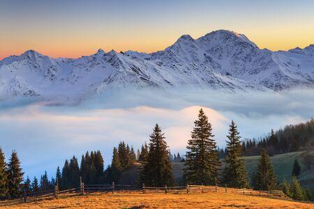 Beautiful mountain landscape in the misty sunrise. Alps, Austria Foto de archivo - 129843775