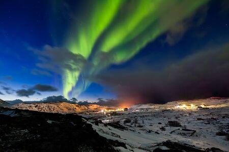 Northern Lights on the shore of the Arctic Ocean. Foto de archivo - 129845929