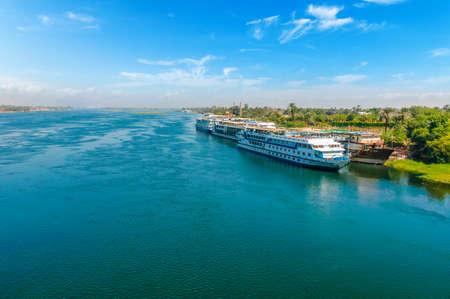 Kreuzfahrtschiff auf dem Nil. Kairo. Gizeh. Ägypten. Reisehintergrund. Urlaub Urlaub Hintergrund Wallpaper