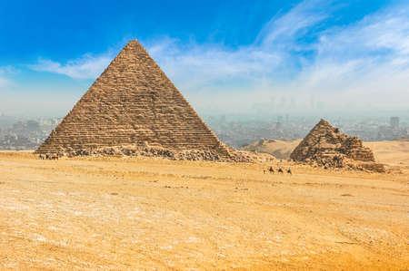 Die ägyptischen Pyramiden von Gizeh vor dem Hintergrund von Kairo. Wunder des Lichts. Architekturdenkmal. Die Gräber der Pharaonen. Urlaub Urlaub Hintergrund Wallpaper Standard-Bild