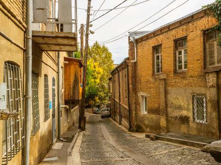 Oude stad. Straat van de oude stad. Oude gebouwen en bakstenen huizen, kasseien. Straat perspectief. Tbilisi. Georgië Stockfoto