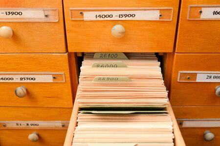 Schedario con libreria o ufficio. Una scatola è aperta. concetto di banca dati. Scheda della biblioteca o catalogo di file. Antico ufficio.