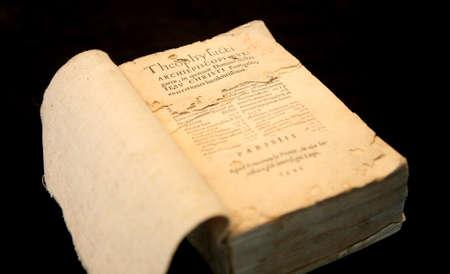 vangelo aperto: Apri antico libro del Vangelo sulla tovaglia scuro Archivio Fotografico