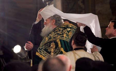 feestelijke opening: SOFIA, BULGARIJE - FEBRUARI 24: De Bulgaarse patriarch Neophyte tijdens zijn inauguratie op St. Alexander Nevski-kathedraal op 24 februari 2013 in Sofia, Bulgarije.
