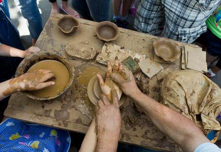 alfarero: Potter hace una jarra de barro. Foto de archivo