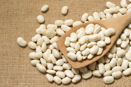 tat: Wooden spoon with white beans