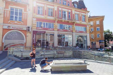 PLOVDIV, BULGARIJE - JULI 30: De toeristen gaan langs oud Roman stadion en oude gebouwen in Plovdiv, op 30 Juli, 2017, Bulgarije over.