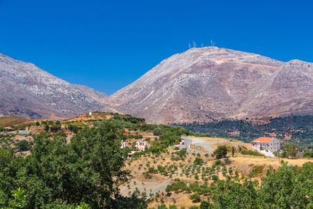 Typisch Kretenzer landschap heuvels, olijven en wind-stroomverbruik Stockfoto
