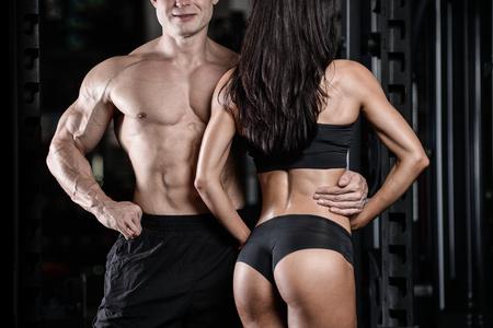 Sexy kaukasischen Mann und Frau im Fitnessstudio Paar trainieren im Fitness-Club mit Gewichten Lifestyle Wellness mit Freude trainieren Standard-Bild - 74136634