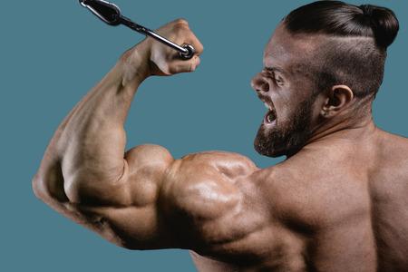 Handsome Macht athletischen Mann auf Diät-Training Pumpen bis Muskeln mit Hantel und Hantel. Starker Bodybuilder mit sechs Packungen, perfekte Abs, Schultern, Bizeps, Trizeps und Brust Standard-Bild - 75647468