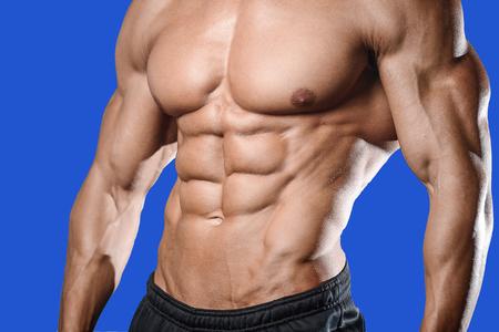 체육관에서 잘 생긴 백인 섹시 피트 니스 모델을 닫습니다 최대 복근 개념 다이어트 shirtless 훈련 6 팩 건강 관리 라이프 스타일 위기에 남자