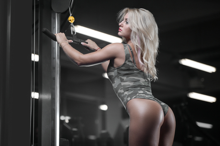 active beautiful Caucasian athletic fit young woman exercise training and bodybuilding Foto de archivo