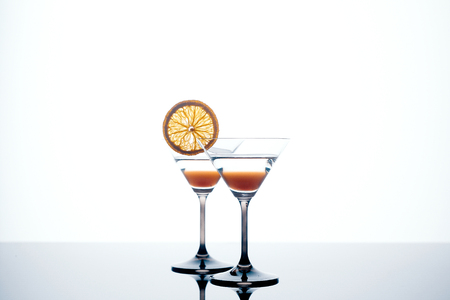 martini glass on a white background with an orange slice Standard-Bild - 118552511