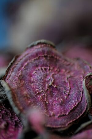vegetarian pile of healthy beet chips Purple Baked Beet Chips Vegan snacks, vegetable chips in canvas bag and ceramic bowl, rustic still life, selective focus Banco de Imagens - 131461595