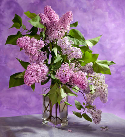 csokor tavaszi lila lila vázában. Csendélet