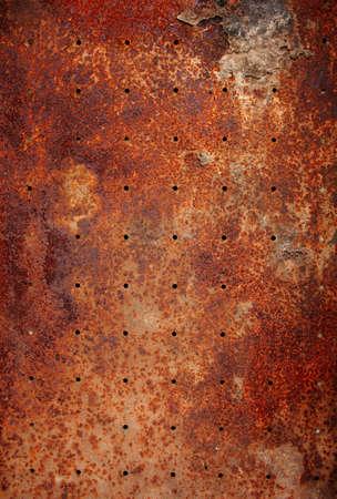 녹슨: 둥근 구멍이 오래 된 금속 질감