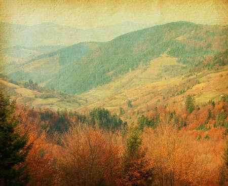 paisaje vintage: papel de la vendimia del oto�o en las monta�as de los C�rpatos