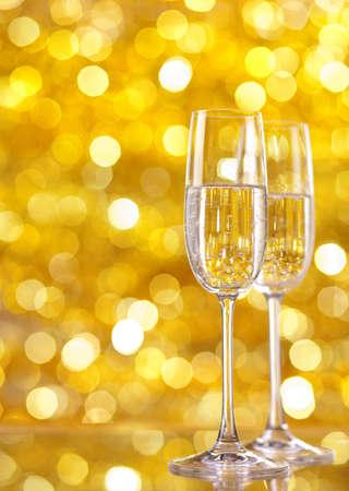 Két pohár pezsgőt a fények a háttérben. nagyon sekély mélységélesség, a hangsúly a közelében üveg.