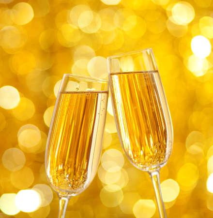 sektglas: Zwei Gläser Champagner mit Lichtern im Hintergrund sehr geringe Schärfentiefe