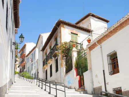 A szűk utcában a régi házak, Granada, Spanyolország Stock fotó
