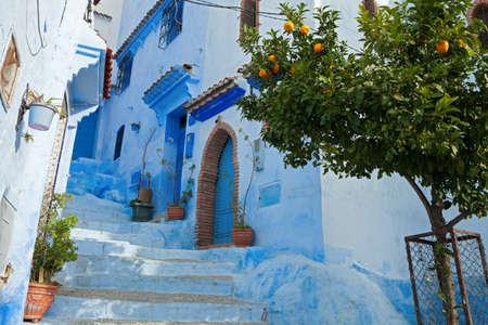 メディナ、シャウエン、モロッコで狭い路地 写真素材