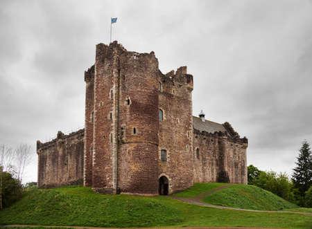 Doune Kasteel op een bewolkte lentedag. Doune Castle is een middeleeuwse vesting in de buurt van het dorp Doune, in het district Stirling, centraal Schotland, Groot-Brittannië
