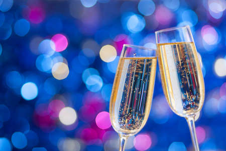 sektglas: Zwei Gläser Champagner mit Lichtern im Hintergrund. sehr geringe Schärfentiefe. Selektiven Fokus. Lizenzfreie Bilder