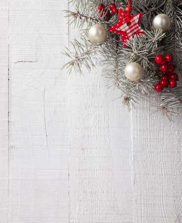 モミ枝白の木の板のクリスマスの装飾。クリスマスの装飾に焦点を当てる