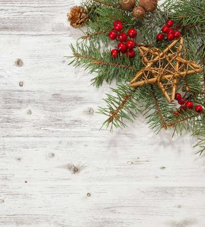 madera r�stica: Rama de abeto con decoraciones de Navidad en el tabl�n de madera blanca. Foto de archivo